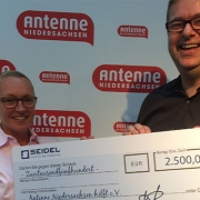 Anja-Seidel-Scheckuebergabe-Antenne-Niedersachsen